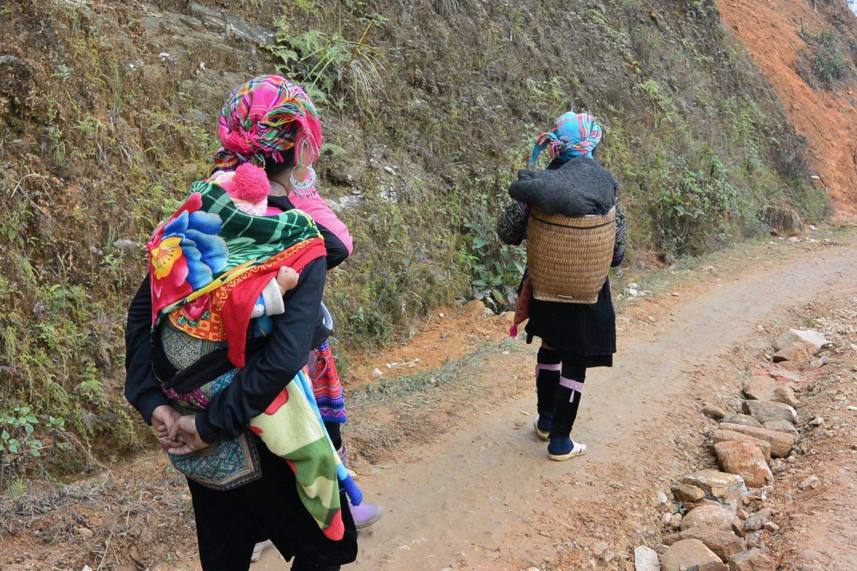 Mujer Hmong cargando un bebé
