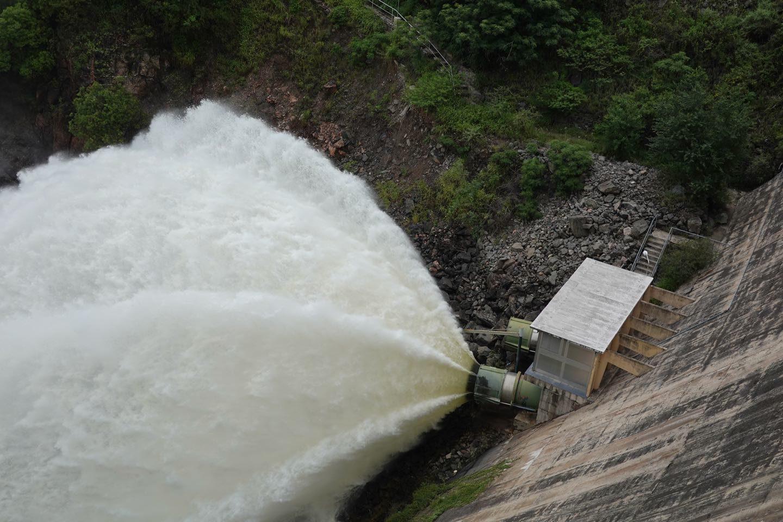 Agua expulsada del embudo del dique luego de un una tormenta el día anterior.