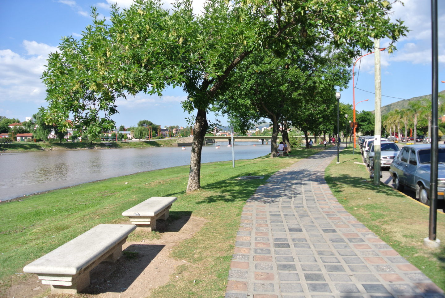 Walk around the San Roque Lake on a sunny day in Villa Carlos Paz.