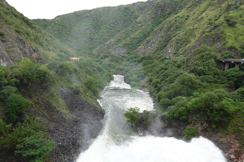 Río Primero o Suquía pasado el murallón del Dique San Roque.
