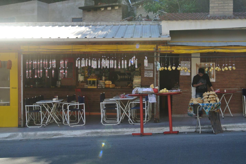 Puesto de quesos y salames en el Dique San Roque. Los salames y el queso de cabra, una especialidad de Córdoba.
