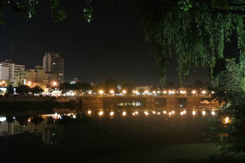 Lago San Roque y uno de sus puente, cerca del centro de la ciudad, de noche.
