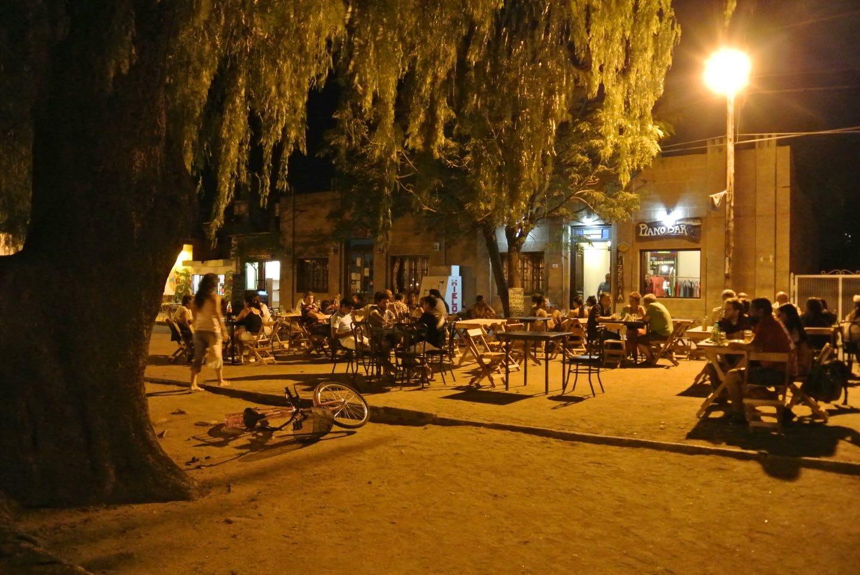 Vida nocturna en San Marcos Sierra, bares con mesas a la calle en la plaza principal.