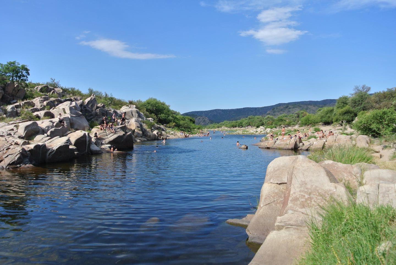 Balneario Tres Piletas Río Quilpo, la principal atracción de San Marcos Sierra de día.