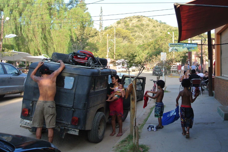 Familia con niños viajando en un viejo auto por Argentina.