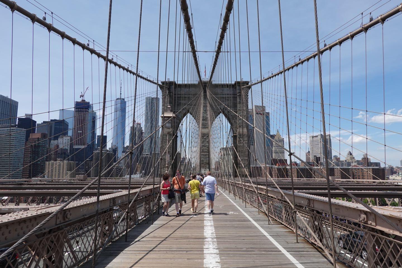 Las mejores atracciones en Nueva York, caminar el Brooklyn Bridge.